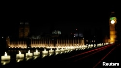 El Puente Westminster Bridge iluminado con cirios el día después del ataque terrorista en Londres. Marzo 23, 2017.