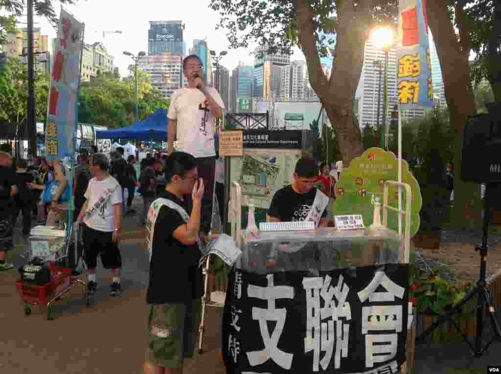香港2014年六四烛光晚会开始前的景象 (美国之音海彦拍摄)