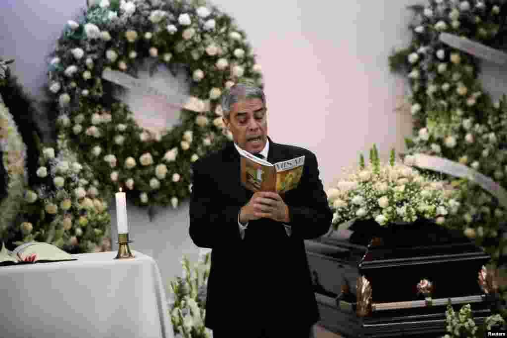Luis Gatica lee durante el funeral de su padre en la Ciudad de México el 14 de noviembre de 2018.