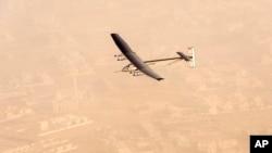 """Pesawa bertenaga surya, """"Solar Impulse 2"""" (Si2) saat tinggal landas dari bandara Abu Dhabi, UEA (9/3)."""