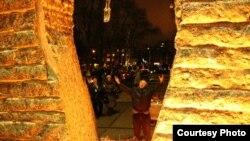 Григорий Свистун молится возле Мемориала жертвам Голодоморов в Киеве в память о безвинных жертвах