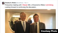 美国国务院经济与商务助理国务卿里夫金(右)和台湾经济部长邓振中(里夫金推特)
