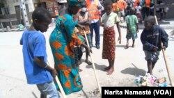 Des familles entières aident à nettoyer Abidjan de ses ordures.