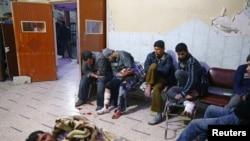 Des blessés dans la ville assiégée de Douma dans la Ghouta orientale, non loin de Damas, le 20 février 2018.