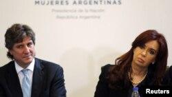 Opositores acusan al vicepresidente Boudou, en la foto junto a Cristina Fernández, de usar influencias para que la empresa saliera de la bancarrota.