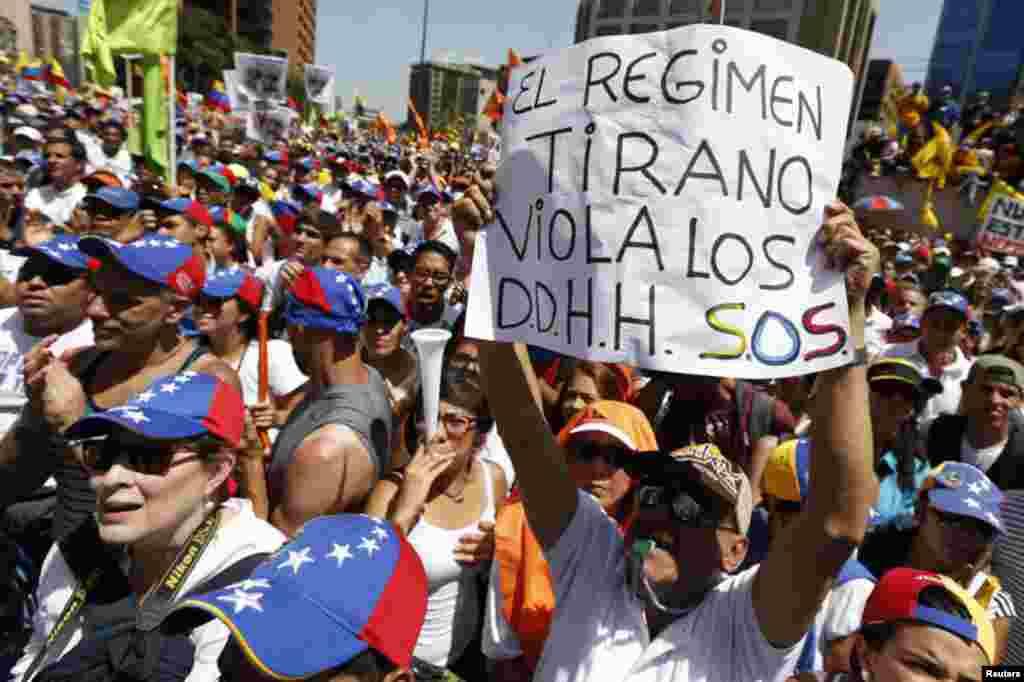 Pancartas como ésta abundaron en la marcha de la oposición en Caracas.