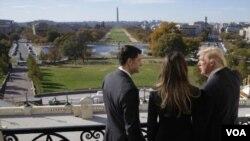众议院院长瑞安在国会山议长办公室阳台与来访的当选总统川普和夫人俯瞰华盛顿国家大草坪