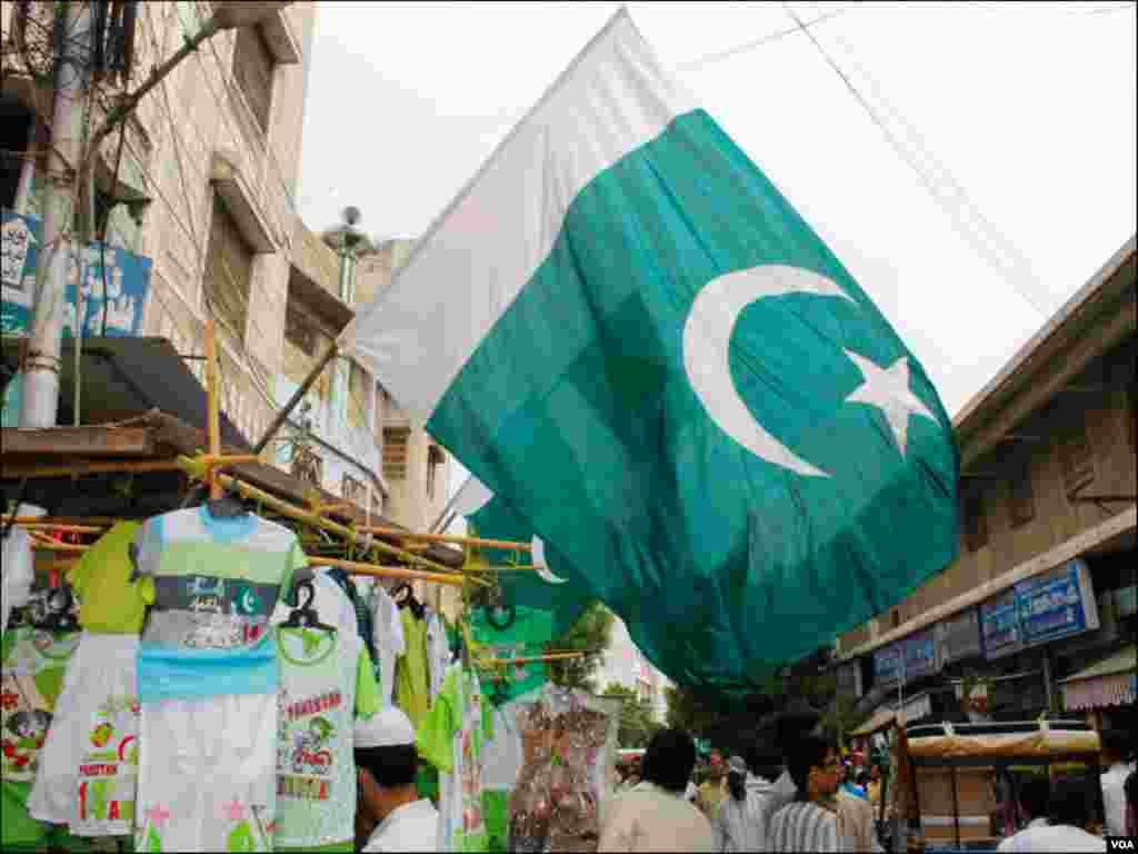 کراچی کے مختلف علاقوں میں ان دنوں سبز پرچموں کی فروخت عروج ہر ہے