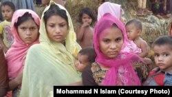 ស្រ្តីជនជាតិហិណ្ឌូបីនាក់ដែលរួចជីវិតពីអំពើហិង្សាក្នុងរដ្ឋ Rakhine បន្ទាប់ពីពួកគេបានមកដល់ប្រទេសបង់ក្លាដែសកាលពីថ្ងៃទី២៨ សីហា ២០១៧។