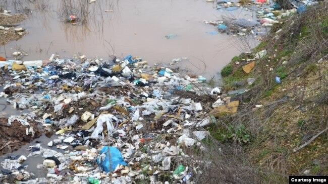 Otpad u rijeci Bosni