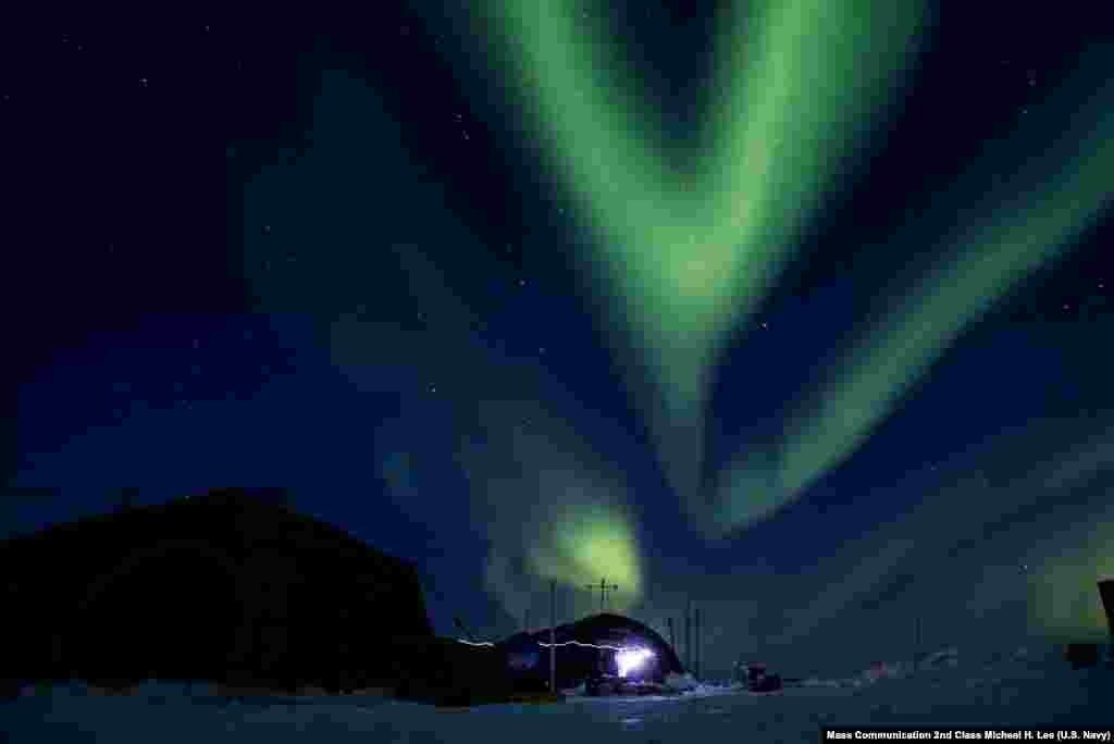 Pancaran cahaya terang dekat kutub utara (aurora borealis) terlihat di atas Laut Beaufort dekat Samudera Arktik.