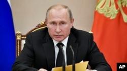 Tổng thống Nga Vladimir Putin phát biểu trong một cuộc họp với các thành viên của Hội đồng An ninh tại Điện Kremlin ở Moscow, Nga, ngày 23 tháng 8, 2019.