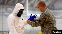 Miembros del Ejército de EE.UU., ayudan al personal médico a combatir el brote de Ébola, en Liberia.