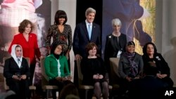 Ibu Negara Michelle Obama dan Menlu AS John Kerry bersama para perempuan penerima penghargaan 'Women of Courage' di Deplu AS, Jumat (8/3).