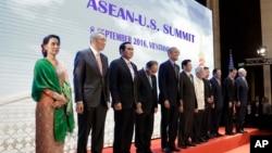 Tư liệu- Tổng thống Hoa Kỳ Barack Obama (thứ năm bên trái) tham gia một bức ảnh gia đình trong Hội nghị Thượng đỉnh ASEAN- Hoa Kỳ tại Trung tâm Hội nghị Quốc gia tại Vientiane, Lào, thứ Năm 08 tháng 09, 2016.