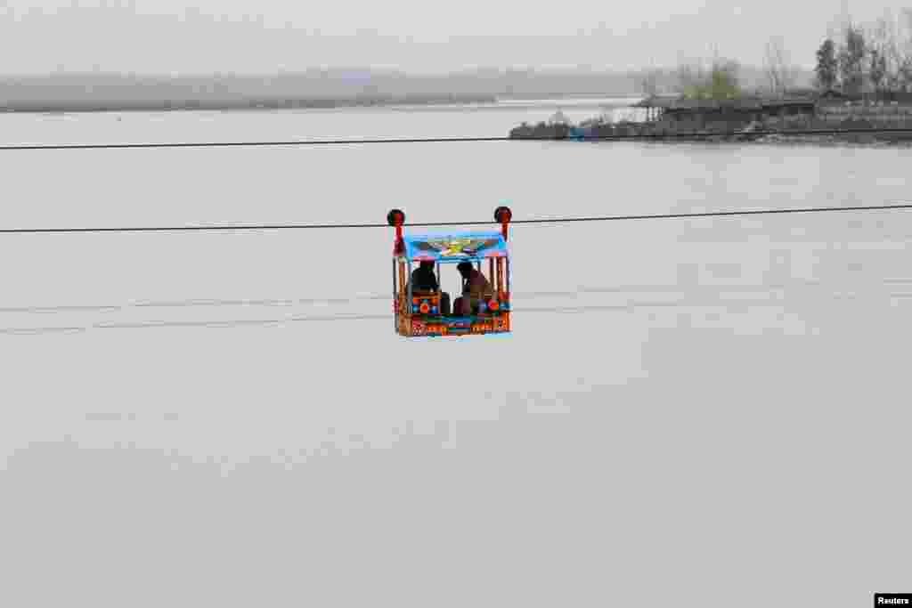 مردم با ابتکار ساختن اين وسيله نقليه عرض رودخانه چارصدا نزديک پيشاور (پاکستان) را طی میکنند.