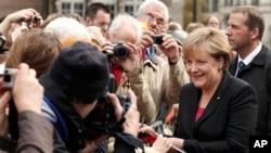 독일 통일 20주년 기념식이 열리는 북부도시 브레멘에 도착해 환영인파에게 사인을 해주고있는 앙겔라 메르켈 독일 총리