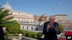 Le candidat présidentiel Bernie Sanders, avec la basilique Saint-Pierre de Rome à l'arrière-plan, lors d'un entretien avec l'Associated Press, au Vatican, 16 avril 2016.