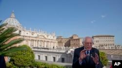 """برنی سندرز، رهبر کاتولیک های جهان را """"مرد زیبا"""" خواند."""