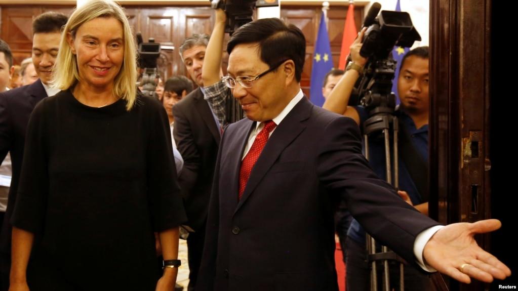 Phó Thủ tướng, Bộ trưởng Bộ Ngoại giao Phạm Bình Minh và bà Federica Mogherini, Phó Chủ tịch Uỷ ban Châu Âu, tại Hà Nội hôm 5/8.