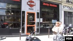 在法國巴黎一間哈利大衛遜電單車經銷商。