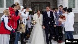 俄罗斯自由式滑雪运动员丹斯奇科夫与俯式冰撬运动员波利提斯娜在萨哈林岛的南萨哈里斯克登记结婚。丹斯奇科夫将参加平昌冬奥会。波利提斯娜没有受邀参加本届冬奥。(2018年2月14日)