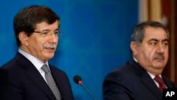 Ngoại trưởng Thổ Nhĩ Kỳ Ahmet Davutoglu, (trái), và Ngoại trưởng Iraq Hoshyar Zebari nói chuyện tại một cuộc họp báo chung