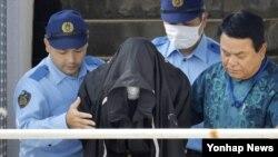 일본 오키나와현에서 20세 일본인 여성을 살해한 혐의로 체포된 미군 군무원이 20일 검찰로 이송되기 앞서 오키나와현 우루마 경찰서를 나서고 있다.