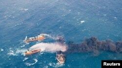 Tàu cứu hộ tìm cách dập tắt lửa trên tàu dầu Sanchi. Tàu này bốc lửa sau khi va mạnh vào một tàu hàng TQ trên Biển Hoa Đông. Ảnh chụp ngày 10/1/2018, Ảnh do Bộ GTVT cung cấp, và do China Daily phổ biến.