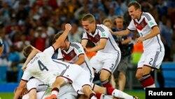 13일 브라질 리우데자네이루에서 독일팀이 월드컵에서 우승한 후 승리를 자축하고 있다.