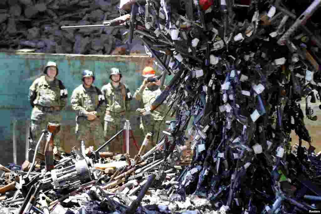 Armas confiscadas sendo destruidas numa fundição em Santiago do Chile.