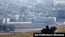Geçen yıl Kobani'deki çatışmaları sınırdan izleyen bir Türk askeri aracı