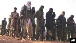 Para tentara pemberontak Tuareg MNLA melakukan pertemuan di Mali (foto: dok). Pemerintah Mali dan pemberontak Tuareg menyepakati sebuah perjanjian.