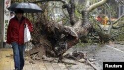Un hombre camina por una calle de Montevideo, donde se evidencian los destrozos de la tormenta que azota a Uruguay desde este miércoles.