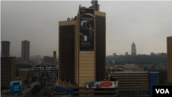 Kabut polisi meliputi langit kota Nairobi. (Amos Wangwa/VOA News)