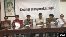 Perwakilan Koalisi Masyarakat Sipil menggelar konferensi pers di kantor Imparsial, Jakarta, Kamis (4/7). (Foto: VOA/Sasmito)