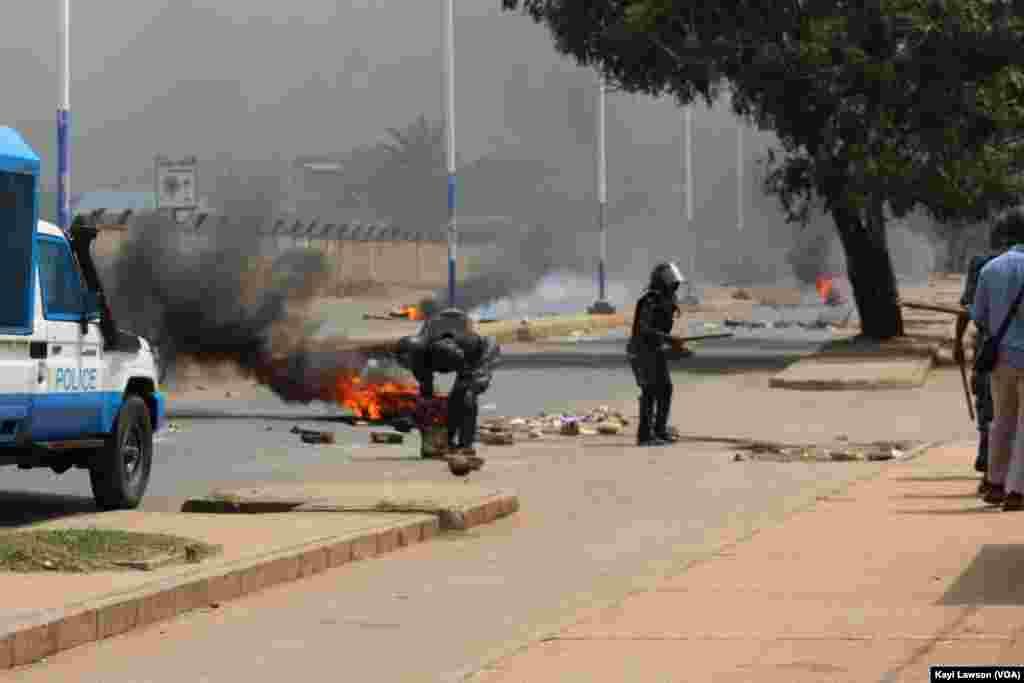 La police est intervenue contre les manifestations dans les rues de Lomé, au Togo, le 18 octobre 2017. (VOA/Kayi Lawson)