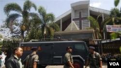 Polisi Indonesia berjaga di sekitar lokasi serangan bom bunuh diri di luar gereja Solo (25/9).