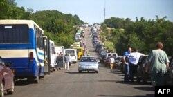 Автомобільна черга з території, що контролюється угрупованнями «ДНР» та «ЛНР» до українського пункту пропуску біля Артемівська. 11 червня 2015 року