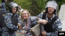 Policija u Moskvi privodi jednu od učesnica demonstracija protiv predsednika Vladimira Putina
