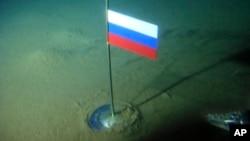 Una bandera rusa yace en el fondo del mar Ártico para subrayar los reclamos rusos sobre la plataforma polar.