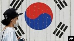 Người dân Nam Triều Tiên đeo khẩu trang để phòng ngừa lây nhiễm MERS.