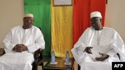 Malian newly appointed Prime Minister Abdoulaye Idrissa Maiga (L) listens to his predecessor Modibo Keita (R), April 10, 2017, during the handover ceremony in Bamako, two days after his nomination.