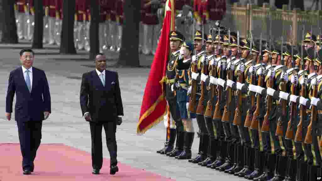 Le président Xi Jinping de la Chine, et le président Denis Sassou Nguesso du Congo inspectent la garde d'honneur chinois, au palais à Beijing, en Chine, le 5 juillet, 2016.