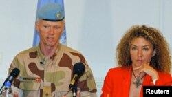 联合国在叙利亚的监督使命团团长罗伯特.穆德少将与他的发言人在大马士革记者会上