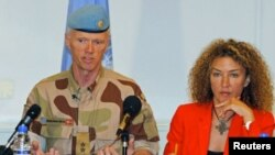 Mayjen Robert Mood (kiri), ketua misi pemantau PBB di Suriah, dan juru bicaranya Sawsan Ghoshe. (Photo: Reuters)