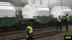 Cảnh sát Ðức đang canh gát các container chứa chất thải hạt nhân, trong khi chuyến xe lửa dừng ở thị trấn Neunkirchen, Ðức