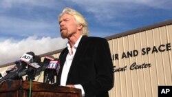 Tỉ phú người Anh Richard Branson phát biểu tại sa mạc Mojave, California.