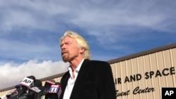 Pendiri Virgin Galactic Richard Branson, berbicara pada wartawan di Mojave, California, memuji keberanian pilot uji coba perusahaannya, 1 November 2014.