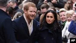 Pangeran Harry dan Meghan Markle dalam kunjungan ke Nottingham. (Foto: AP)